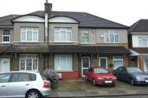 Flat to rent in Kings Avenue, Greenford...