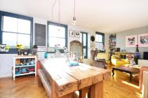 2 bed Flat in The Colonnades, Hackney...