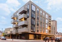 Flat to rent in Chatham Place, Hackney...