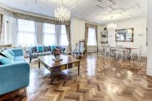 Flat for sale in Oakwood Court...