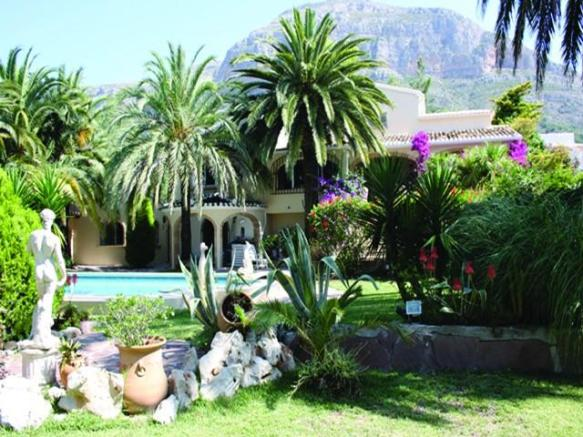 Impressive villa in secluded grounds
