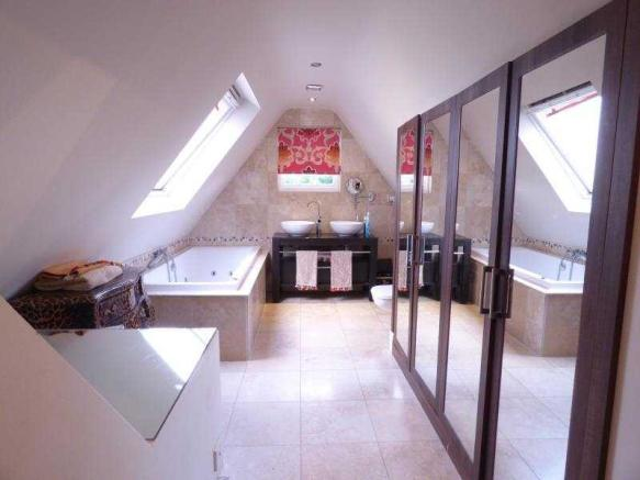 En-Suite Bathroom to Master Bedroom
