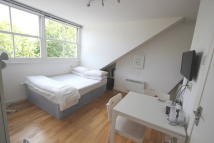 Studio flat in St. Quintin Avenue...