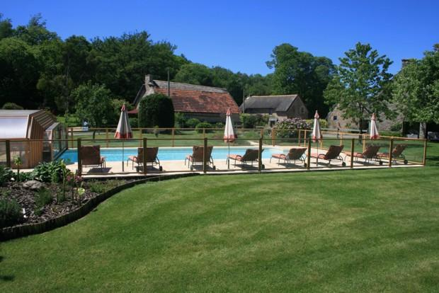 Pool to cottages