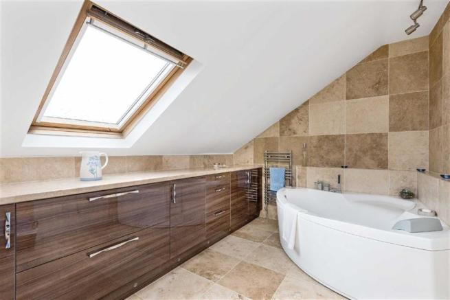 EN-SUITE BATHROOM TO