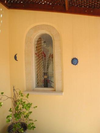 Arched window, bed 1
