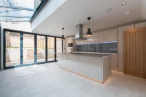 5 bed Terraced house in  Grove Hill Road...