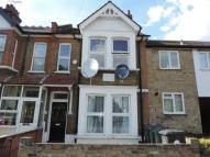 Flat to rent in Abbotts Park Road...