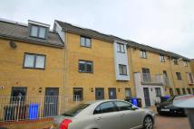 Town House to rent in Draper Close, Grays