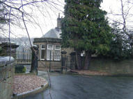Detached Bungalow to rent in Huddersfield, HD9