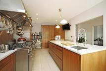 4 bedroom Detached home in Creswick Road, Acton, W3