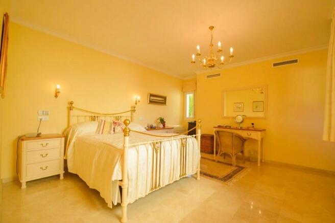 Main bedroom1 (2)