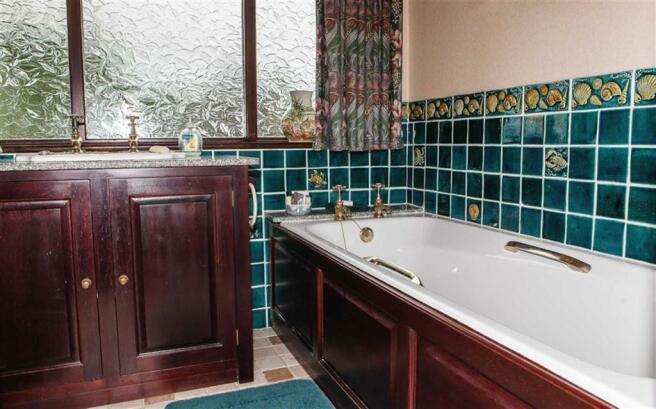 GROUND FLOOR COMBINED BATHROOM/WC