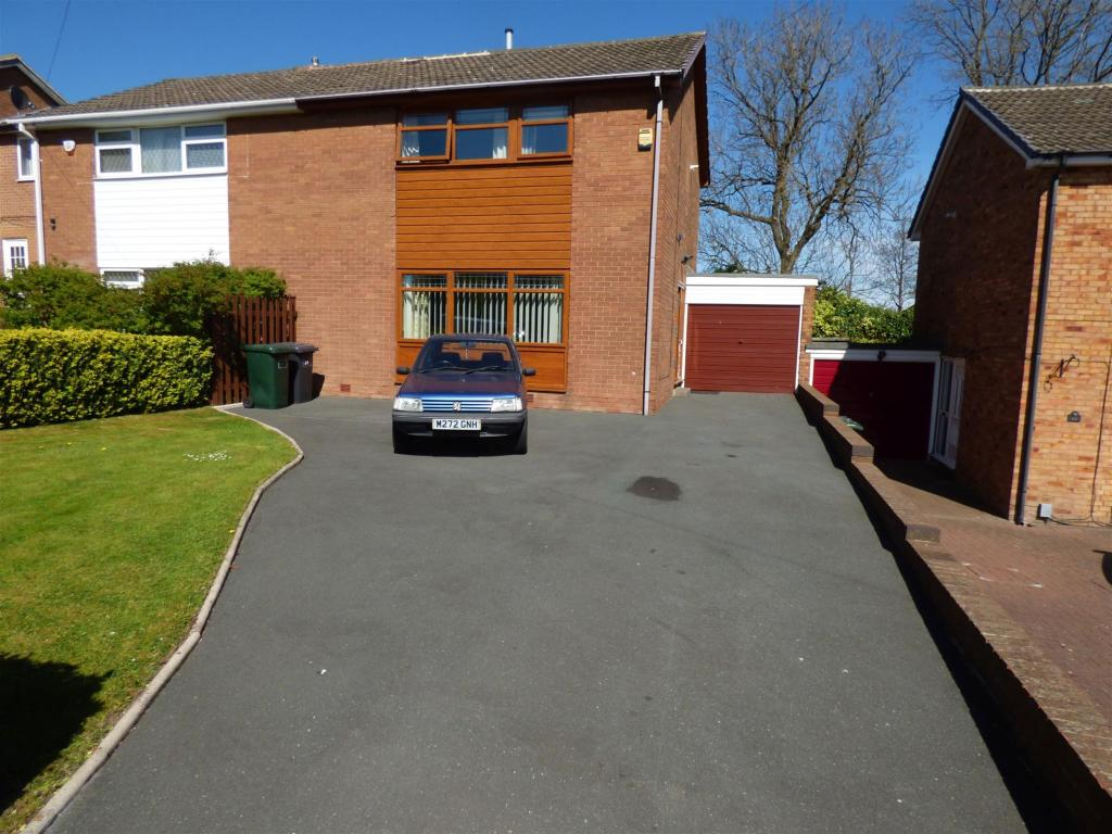 3 bedroom semi-detached house for sale - Holmdene Drive, Mirfield, WF14 9SZ