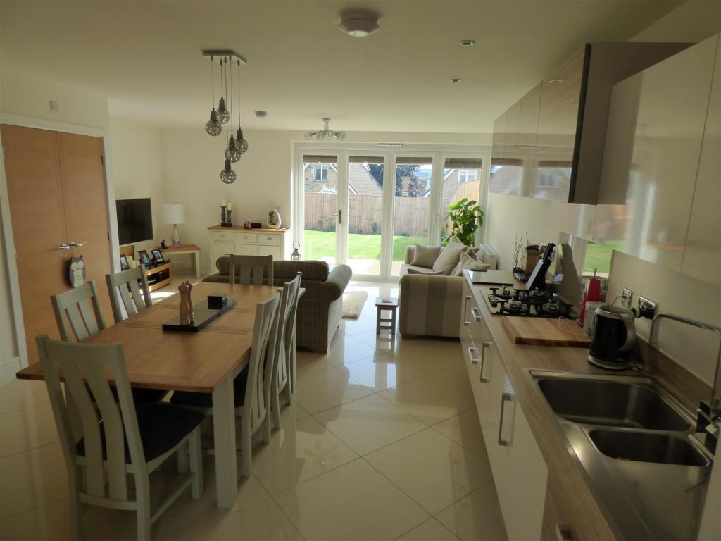 3 bedroom semi-detached house to rent - Moorcroft Close, Mirfield, WF14 9FA