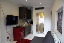 Studio flat to rent in Worcester Gardens...
