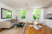 Flat to rent in Falcon Road, London, SW11