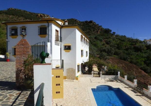 House drive & pool