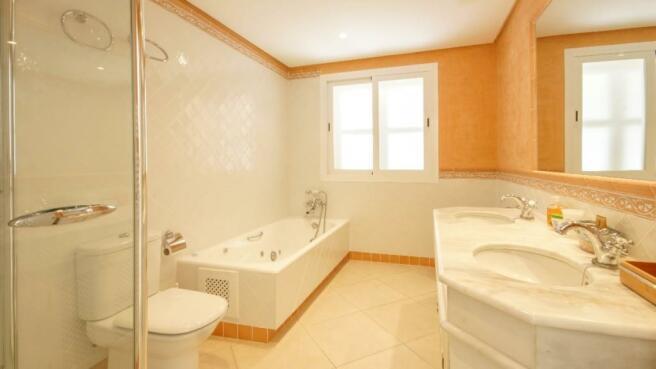 En-suite bathroom1