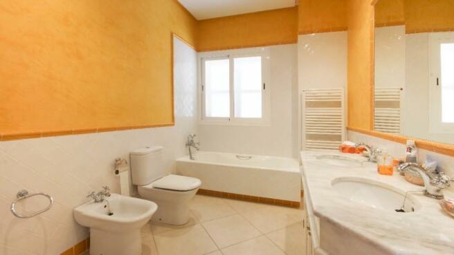 En-suite bathroom3