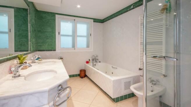 En-suite bathroom12