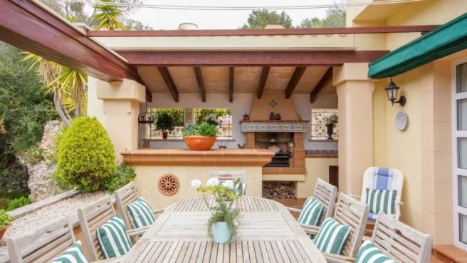 Outdoor dining and B