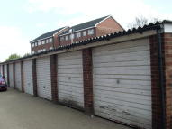 Garage to rent in Upminster Road South...