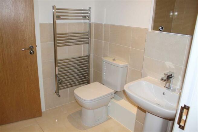 EN-SUITE 3-PIECE BATHROOM