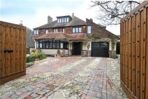 5 bed Detached house in Bazehill Road...