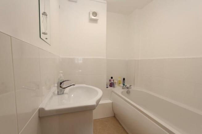 11 Lime Court bathroom.jpg