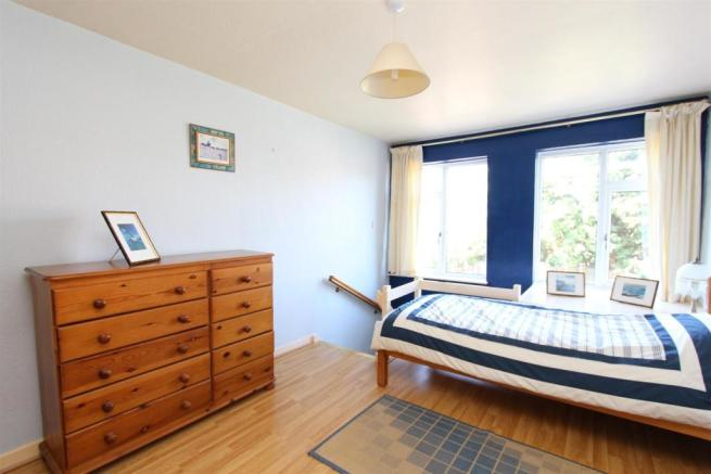 33 Manor Road landing bedroom.jpg