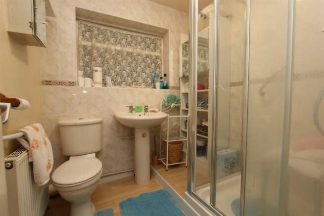 20 Ellesmere Drive bathroom.jpg