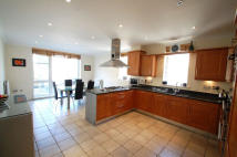 3 bed Ground Flat in St. Vincents Lane London...