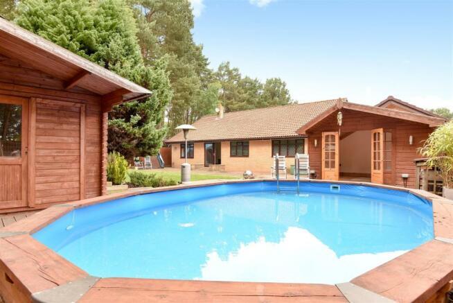 Pool & Sunhouse