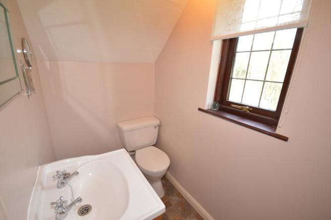 Cloakroom House to R