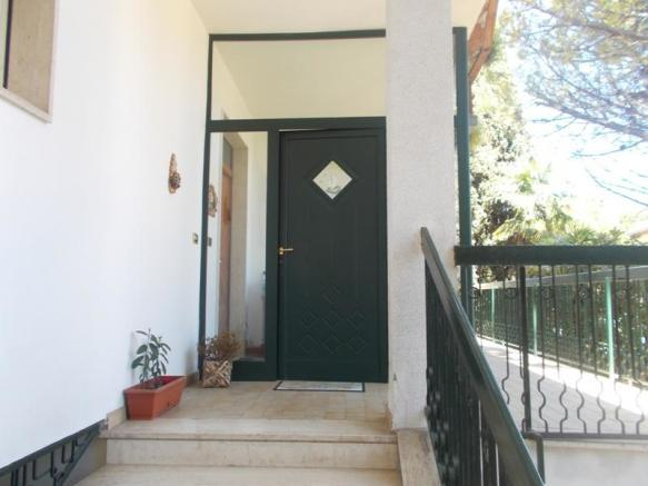 Entrance 1st foor