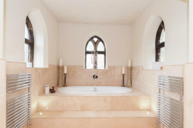 Bath en-suite bathro