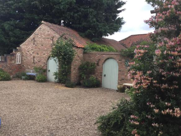 Outbuilding & Yard