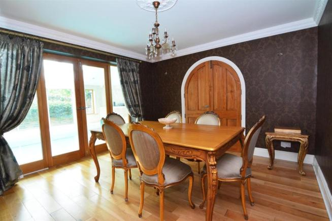 FAMILY DINING ROOM