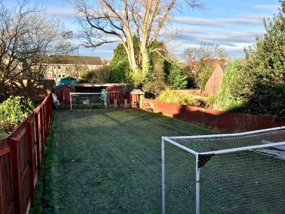 Rear garden (1/2).
