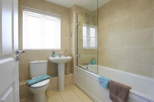Image depicts typical Taylor Wimpey bathroom