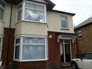 Flat to rent in North Street, Romford...