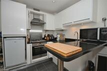 Flat to rent in Green Lane, Shepperton...