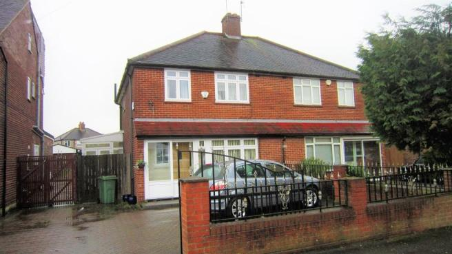 bedroom semi detached house to rent in hewens road hayes ub4 ub4