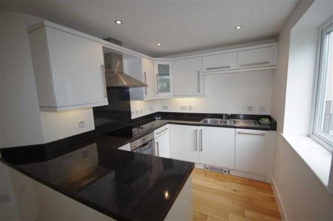 FITTED KITCHEN :