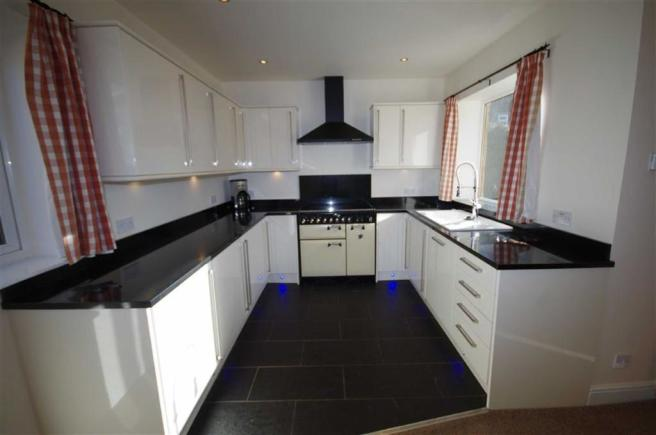 SUPERB FITTED KITCHE