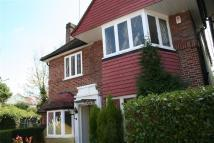 5 bed Detached house in Gloucester Gardens Nw11...