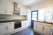 Flat to rent in Popes Avenue...