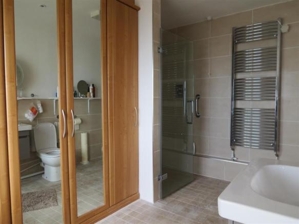 En Suite Dressing/Shower Room: