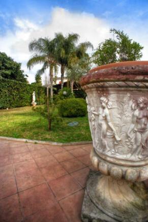 Flower urn detail